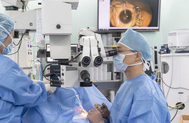 한 각막 두명에게 이식 수술 성공